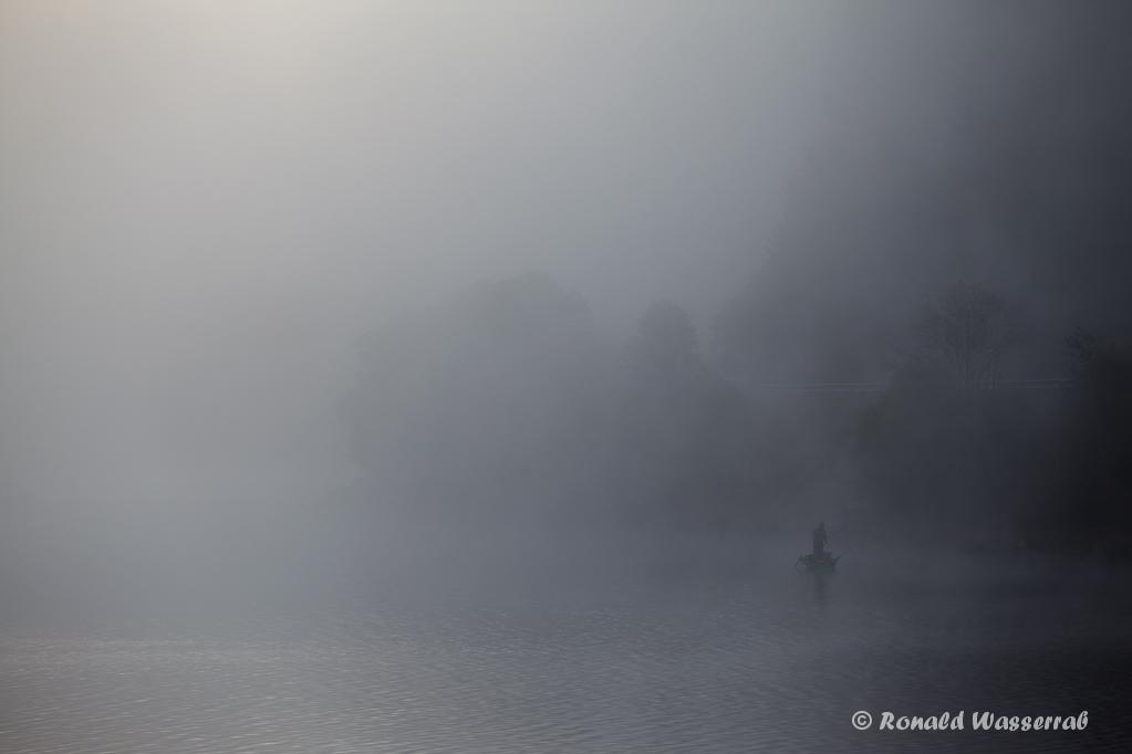 Anglerboot im Morgennebel