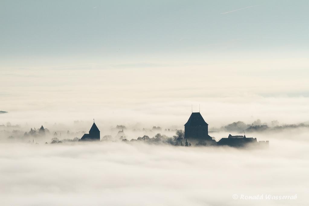 Burg Nideggen im Nebelbett