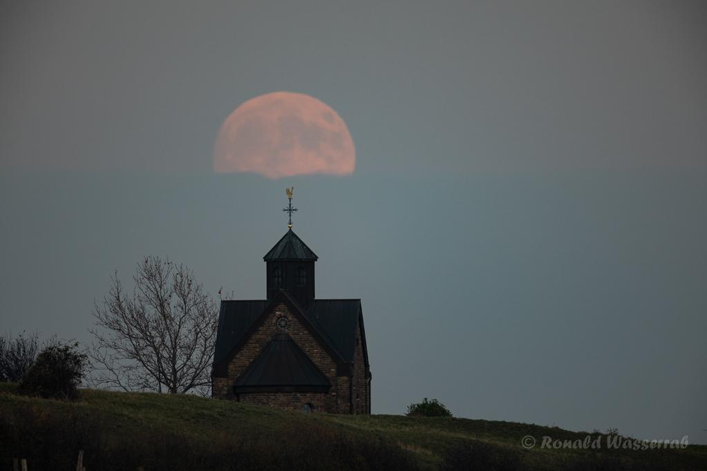 Mond an der Hubertuskapelle