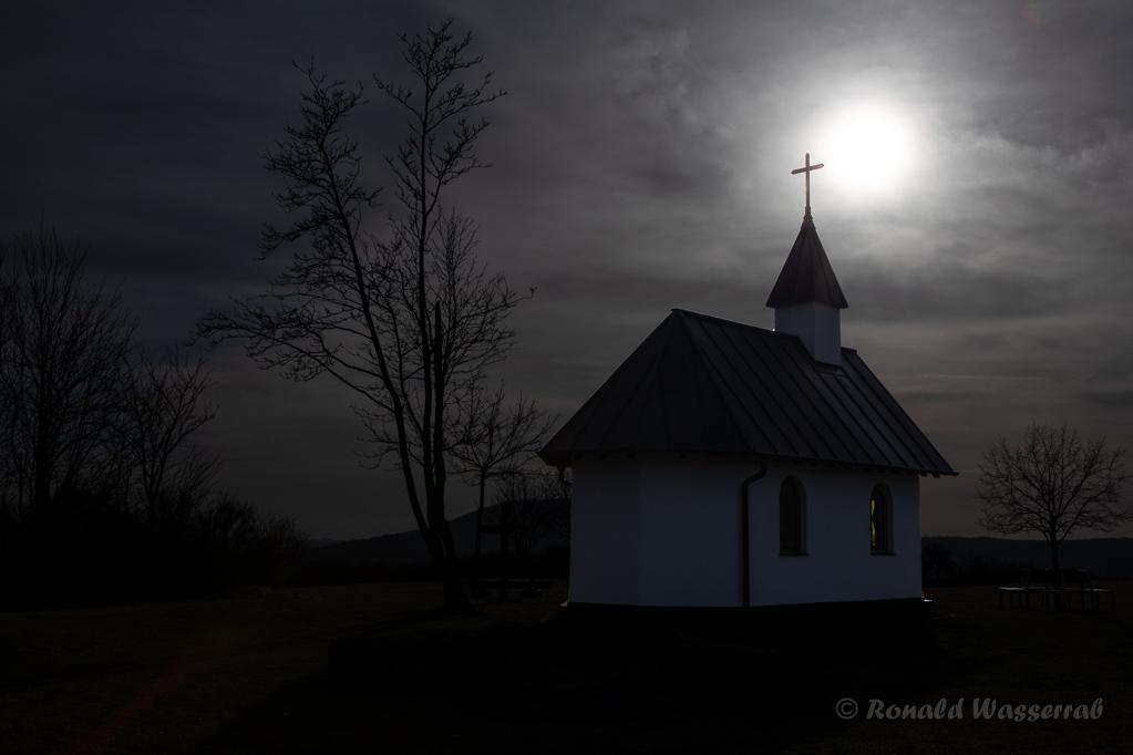 Sonne über der Kapelle