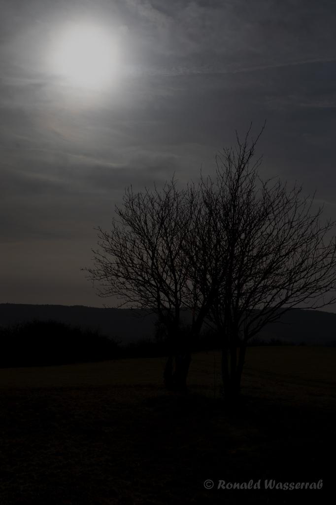 Sonne über der Ruhebank an der Kapelle