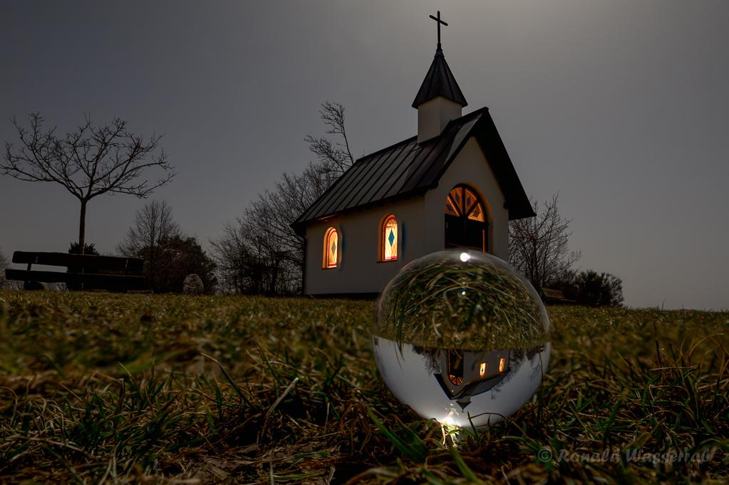 Kottenborner Kapelle mit Glaskugel