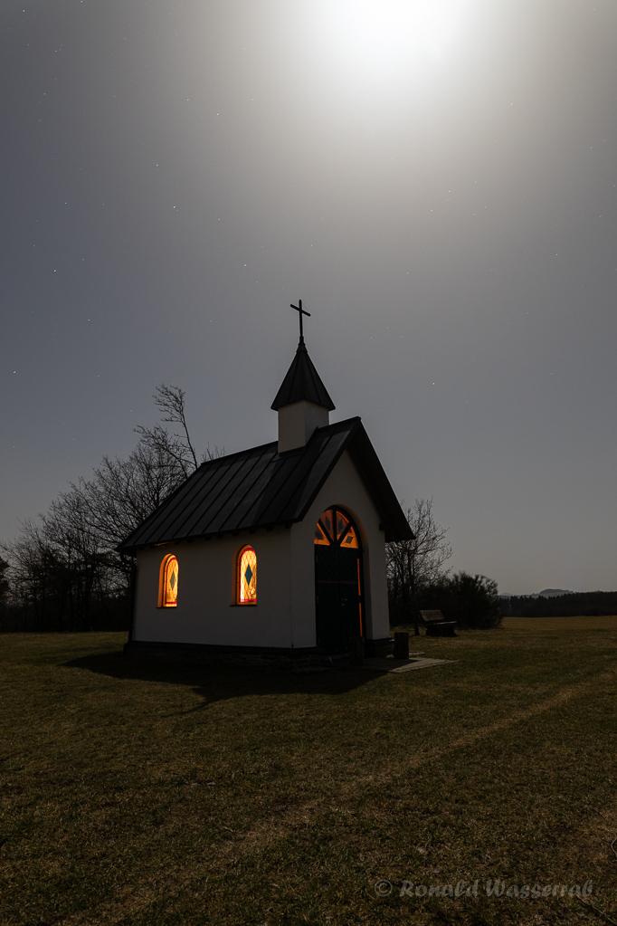 Mond über der Kottenborner Kapelle