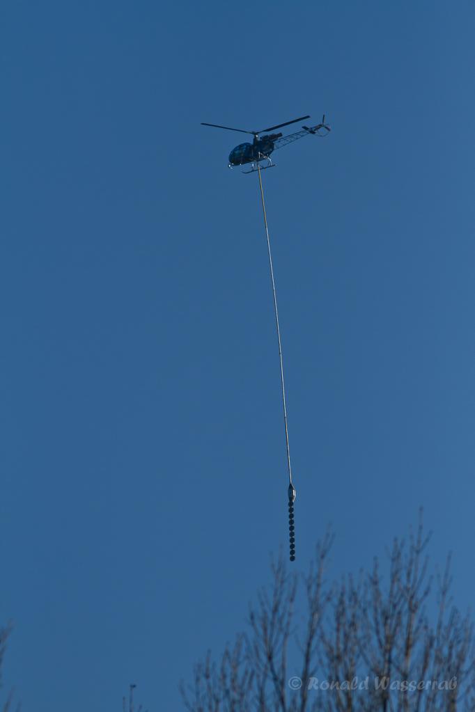 """Helikopter im Kalltal beim Baumschnitt für das RWE (James-Bond-Hubschrauber aus """"Die Welt ist nicht genug"""")"""
