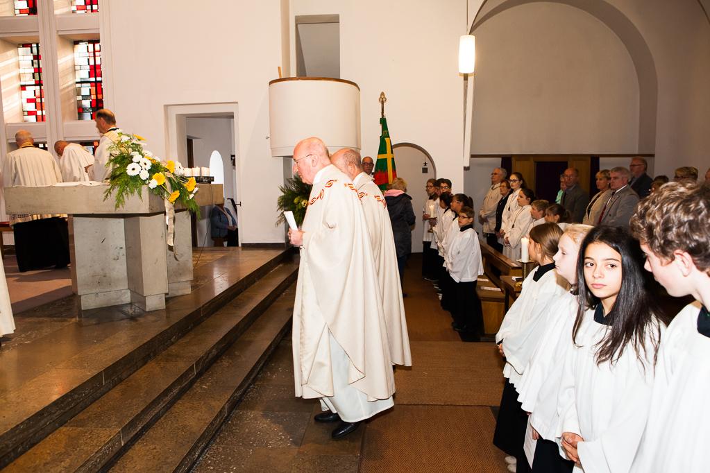 Domkapitular Pfarrer Heinz-Albert Schmitz und Pfarrer Georg Neuenhofer beim Einzug