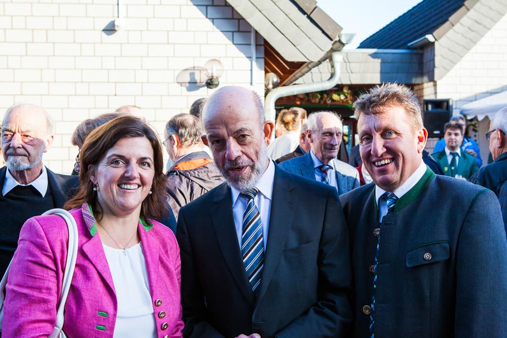 Pfarrer Georg Neuenhofer mit Maria und Thomas Moser vom Madlstatthof in Thierbach/Tirol