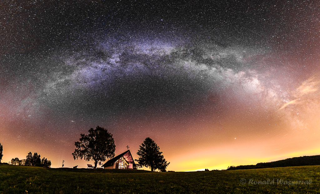 Marienkapelle unter dem Milchstraßenbogen - 2-zeiliges Panorama aus 2 x 13 Hochformatfotos 20 mm Brennweite (Vollformat), Blende 1.4, 15 Sekunden Belichtungszeit