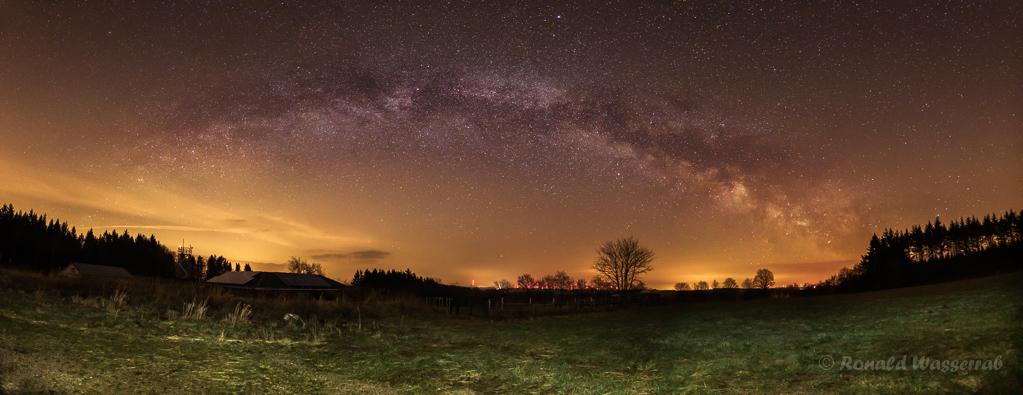 Milchstraßenpanorama in der Eifel - einzeiliges Panorama aus 11 Hochformatfotos 20 mm Brennweite (Vollformat), Blende 2.8, ISO 3200, je 20 Sekunden Belichtungszeit, Vordergrund mit Taschenlampe kurz beleuchtet