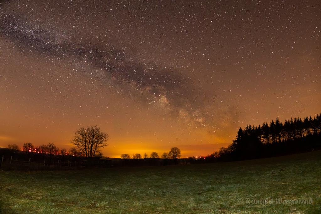 Milchstraßenpanorama in der Eifel - einzeiliges Panorama aus 6 Hochformatfotos 20 mm Brennweite (Vollformat), Blende 2.8, ISO 3200, je 20 Sekunden Belichtungszeit, Vordergrund mit Taschenlampe kurz beleuchtet