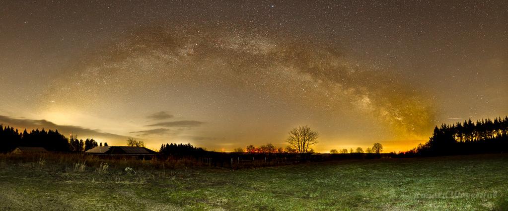Milchstraßenpanorama in der Eifel - einzeiliges Panorama aus 12 Hochformatfotos 20 mm Brennweite (Vollformat), Blende 2.8, ISO 3200, je 20 Sekunden Belichtungszeit, Vordergrund mit Taschenlampe kurz beleuchtet