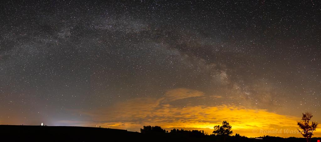 Milchstraße Nähe Marienkapelle - einzeiliges Panorama aus 7 Hochformatfotos 27 mm Brennweite (Vollformat), Blende 2.8, ISO 6400, je 20 Sekunden Belichtungszeit