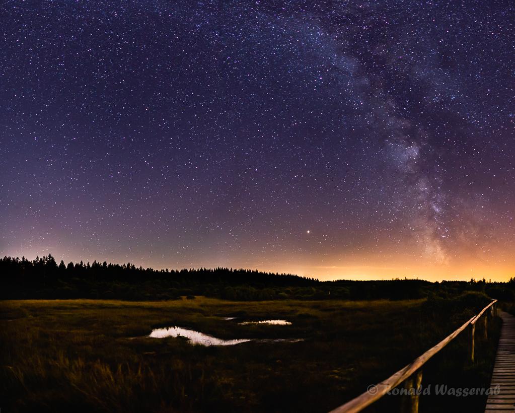 Im Hohen Venn - einzeiliges Panorama aus 5 Hochformatfotos 20 mm Brennweite (Vollformat), Blende 1.8, ISO 3200, je 15 Sekunden Belichtungszeit