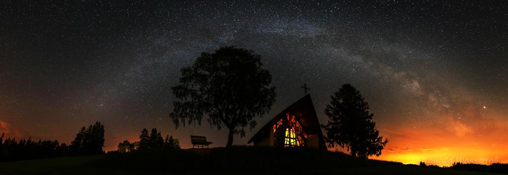 Marienkapelle unter dem Milchstraßenbogen - einzeiliges Panorama aus 6 Hochformatfotos 20 mm Brennweite (Vollformat), Blende 2.8, ISO 3200, je 20 Sekunden Belichtungszeit