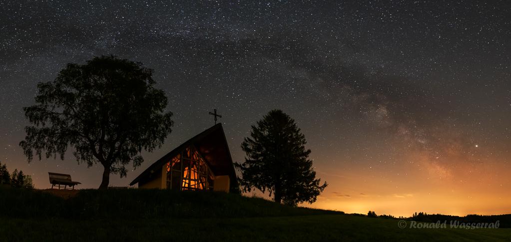 Marienkapelle unter dem Milchstraßenbogen - einzeiliges Panorama aus 4 Hochformatfotos 20 mm Brennweite (Vollformat), Blende 2.8, ISO 3200, je 20 Sekunden Belichtungszeit