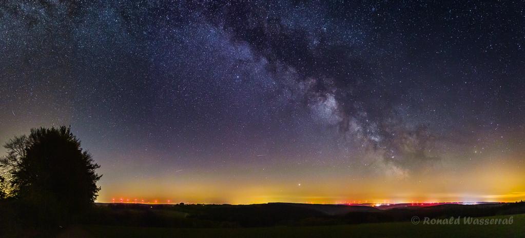 Milchstraße - einzeiliges Panorama aus 8 Hochformatfotos 20 mm Brennweite an Crop-Kamera = 32 mm, Blende 2.0, ISO 1600, je 8 Sekunden Belichtungszeit
