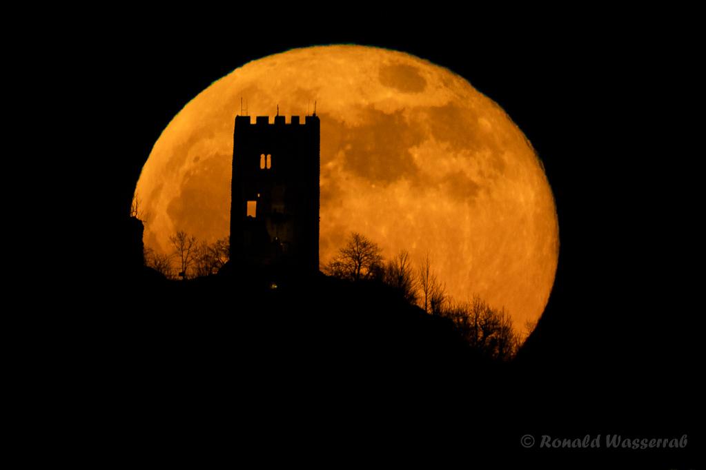 Mein wohl schönstes Foto vom Vollmond hinter der Drachenfelsruine (17:46:42 Uhr). So macht Mond fotografieren Spaß.