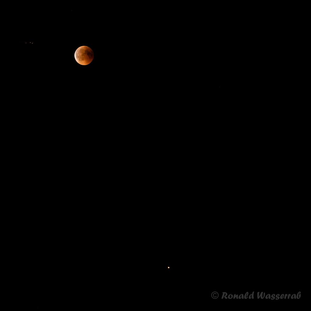 Oben links der Blutmond, unten rechts der Mars