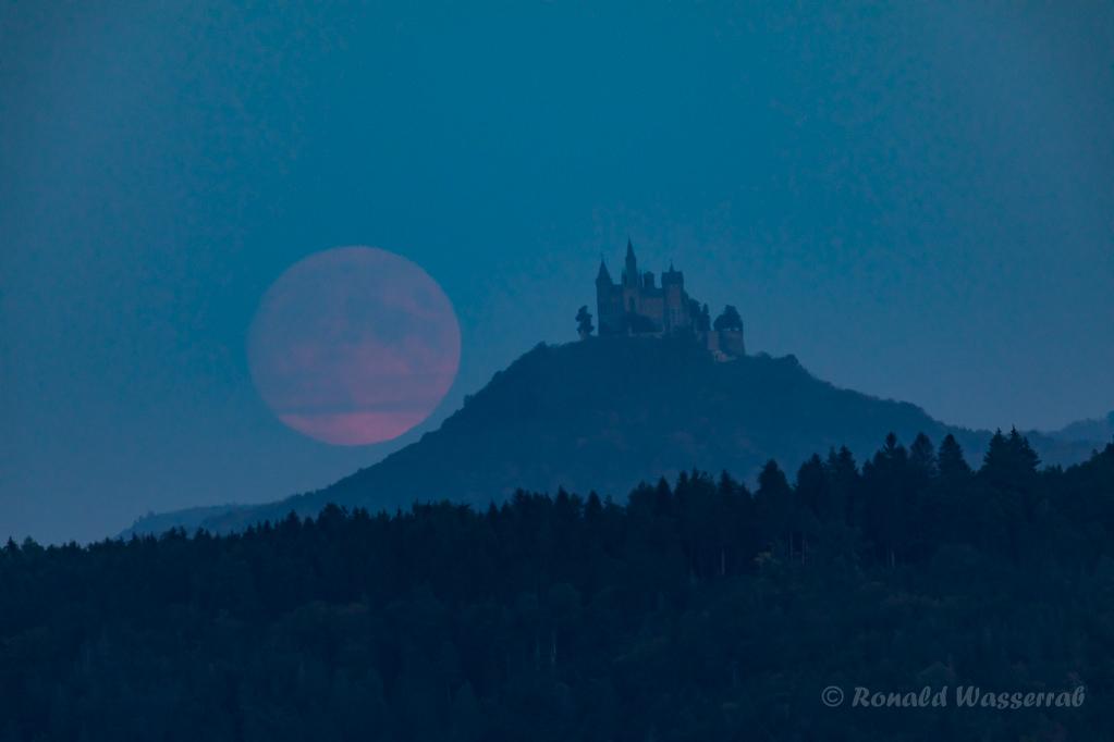 Der Mond hat meine Wunschposition neben der Burg Hohenzollern erreicht