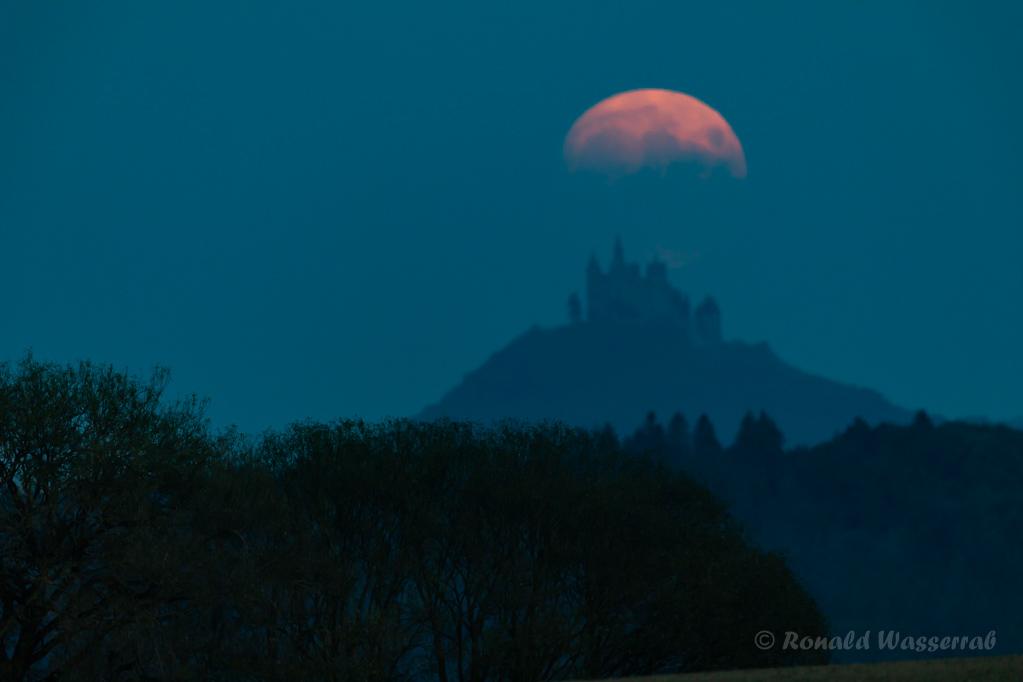 Der Mond verlässt die Burg Hohenzollern