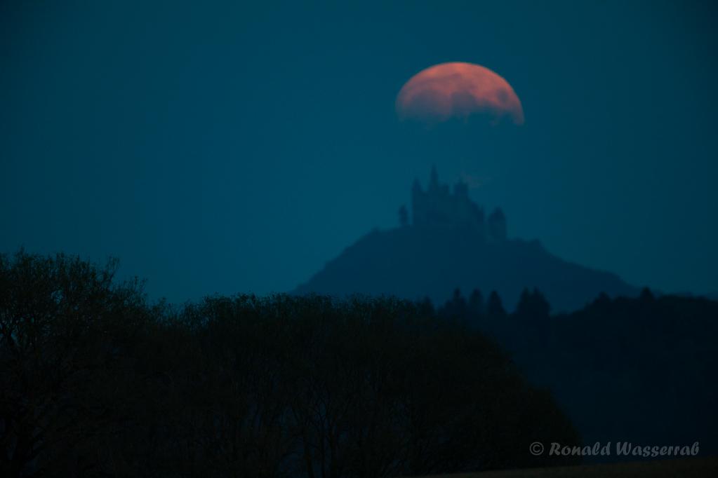 Der Mond hinter der Burg Hohenzollern