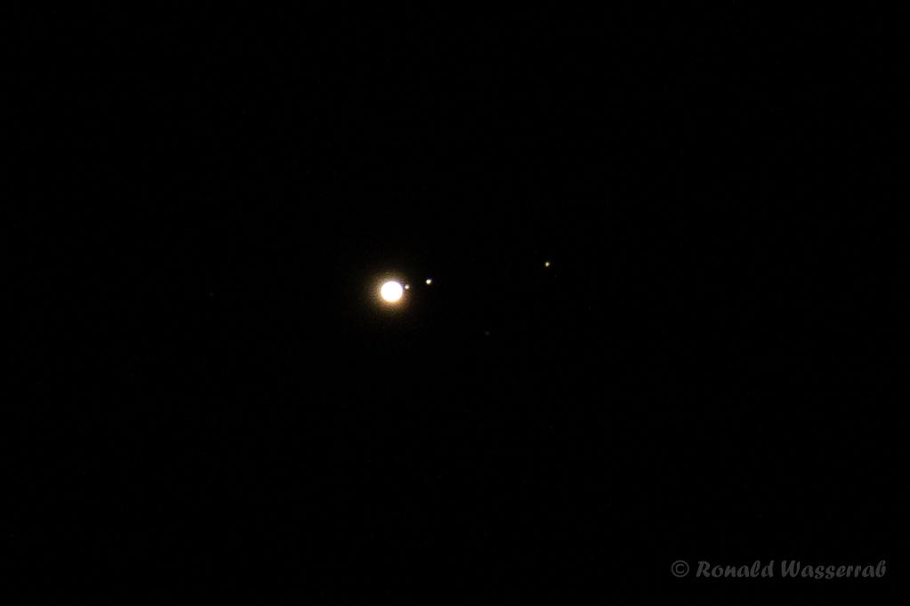 Jupiter mit den Monden Io, Ganymed und Kallisto (von links nach rechts) - 400 mm Brennweite an Crop-Kamera = 640 mm, Blende 5.6, ISO 800, 0,5 Sekunden Belichtungszeit (Ausschnitt)