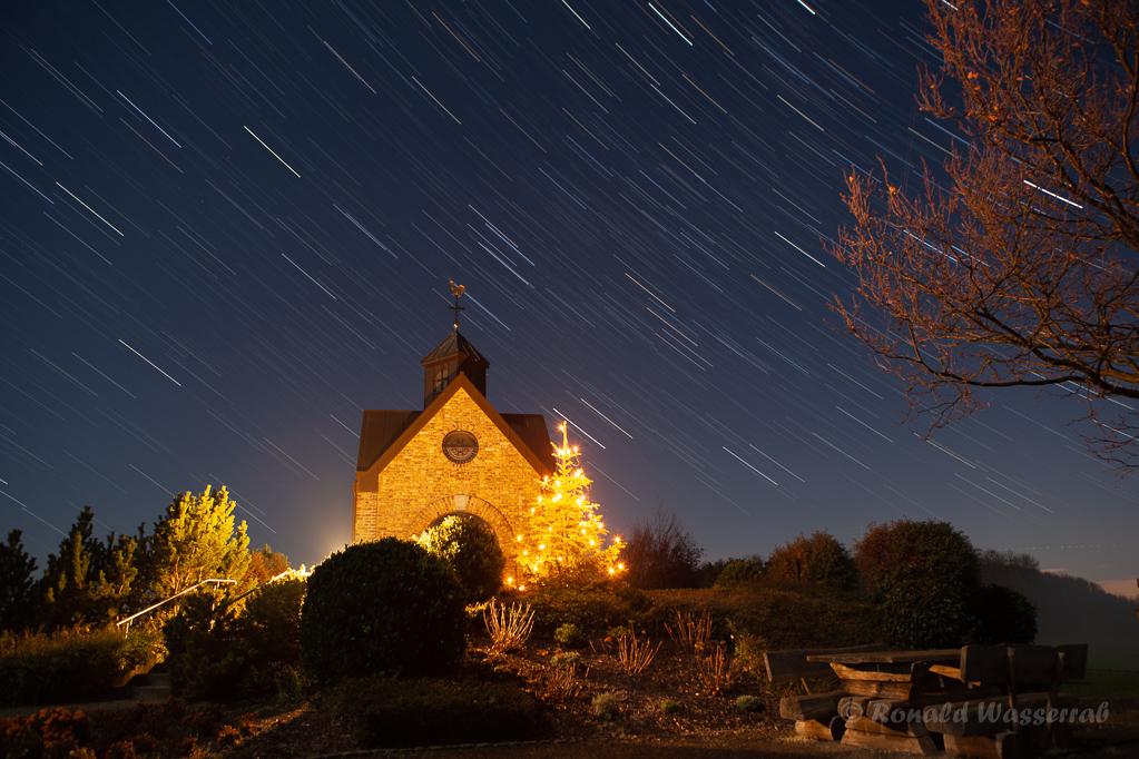 Sternspuren an der Hubertuskapelle bis zum Nebelbeginn