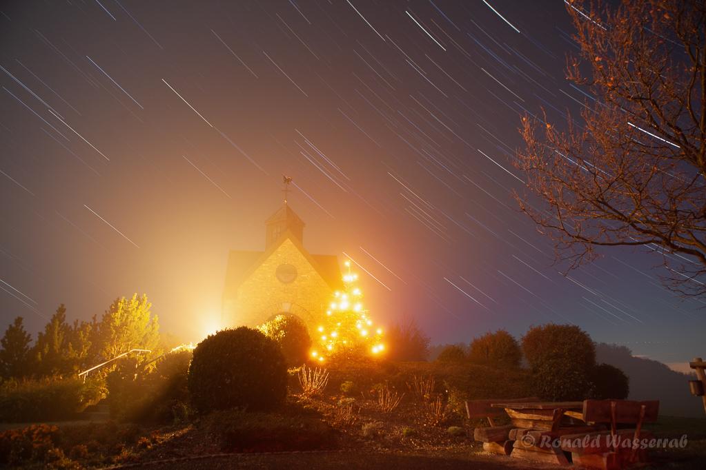 Sternspuren an der Hubertuskapelle mit Nebel