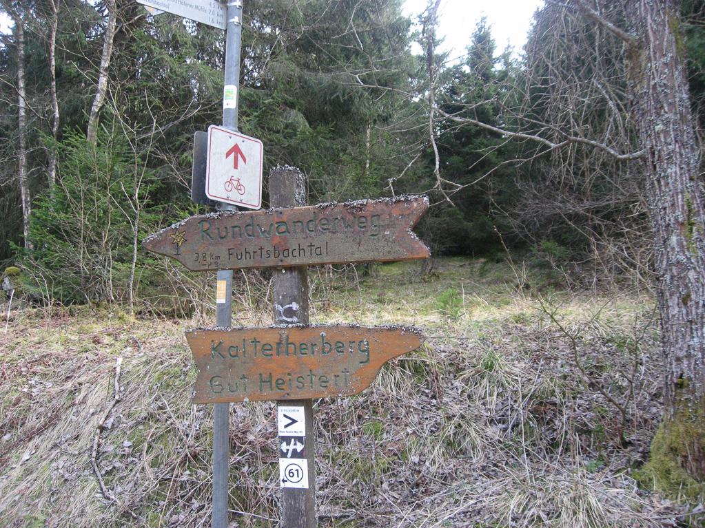 Wegweiser Nähe Bunker im Fuhrtsbachtal