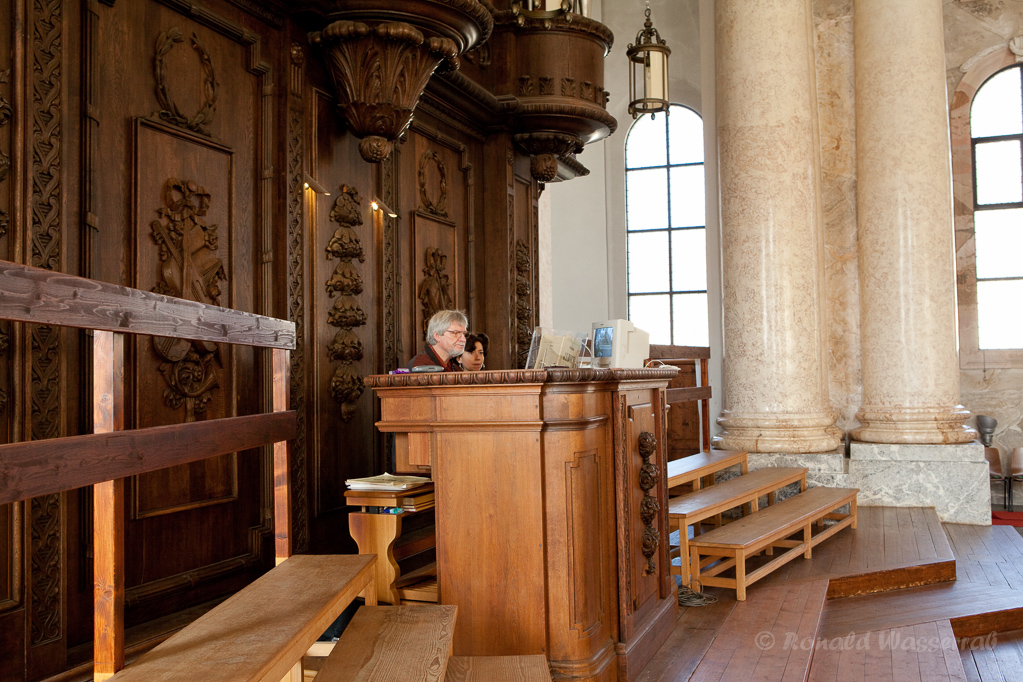 Franziska Rogg und Ronald Wasserrab an der Schwarz-Orgel des Doms zu St. Blasien
