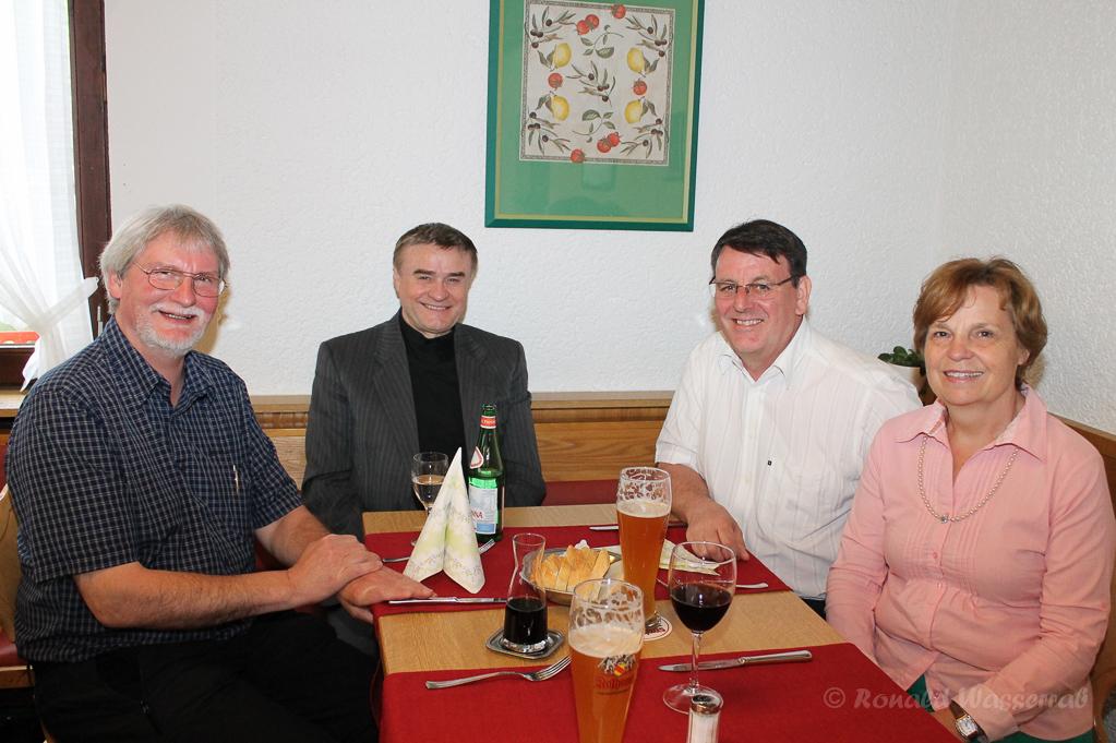 von links nach rechts: Ronald Wasserrab, Pfarrer Hoyanic, Bürgermeister Axel Buch, Frau Buch im Da Vinci in Höchenschwand