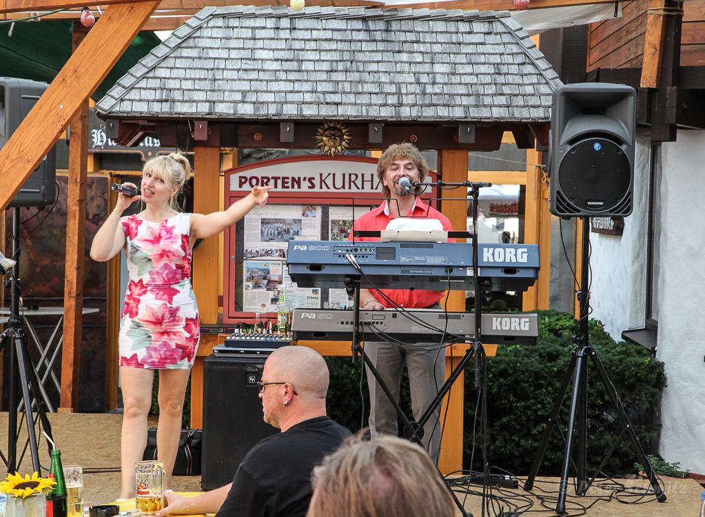 Das Gesangsduo MiLady an der Hubertus-Stube Foto: Peter Schmitz