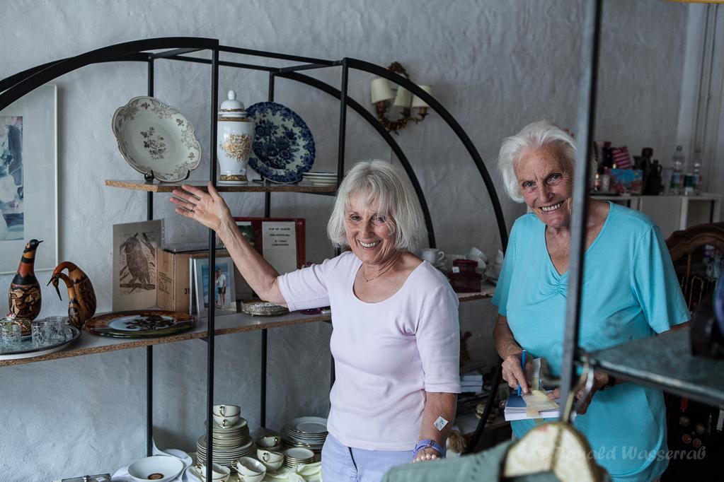 Helferinnen in der Schmiede beim Aufbau des Trödelstandes von Kirchenchor und Kolpingfamilie