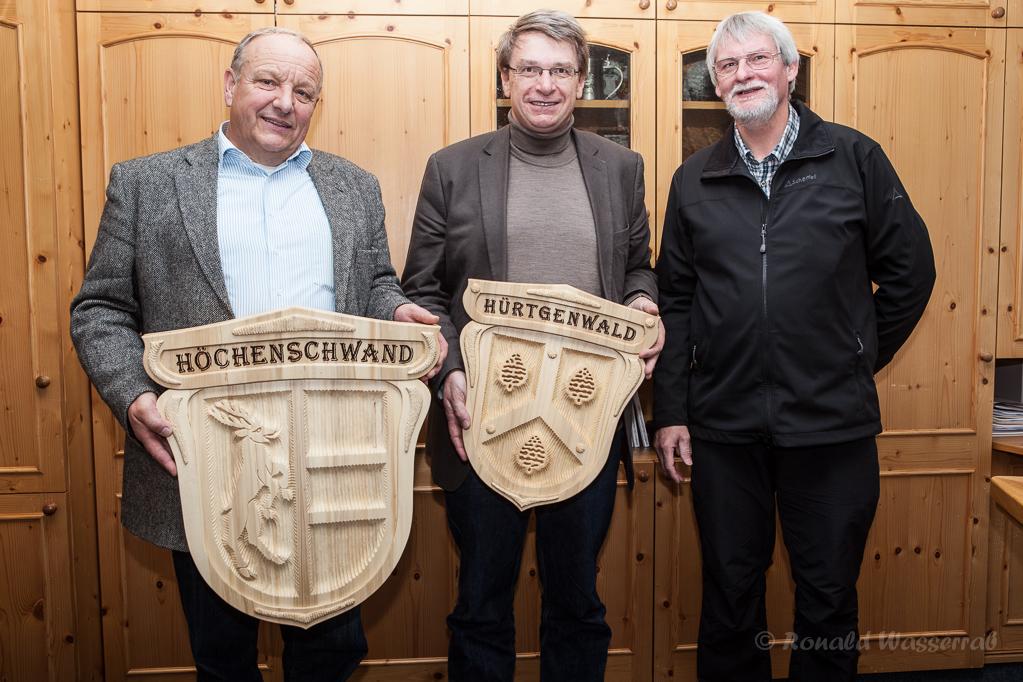 Helmut Rösseler, Georg Villinger und RonaldWasserrab mit den Wappen der Gemeinden