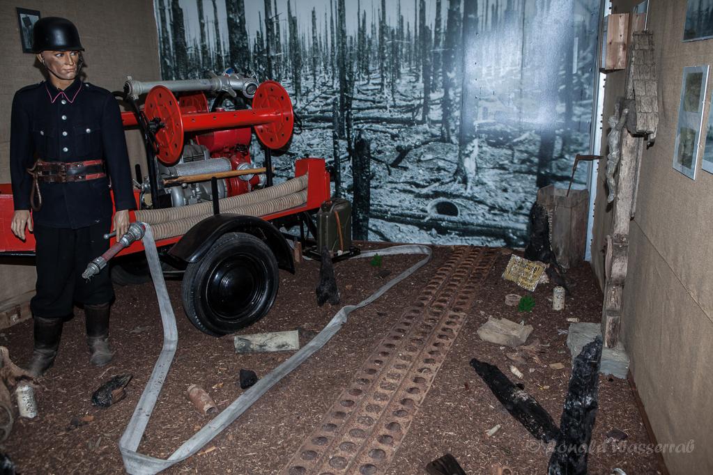 Der verbrannte Hürtgenwald nach der Allerseelenschlacht (Bild im Museum Vossenack)