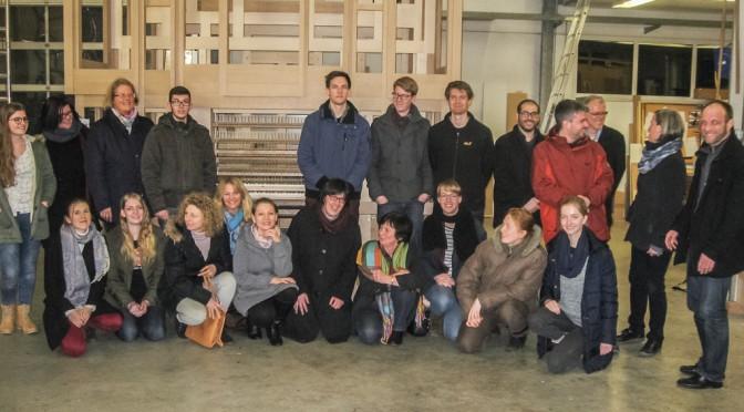 Gruppenfoto vor der Trittau-Orgel