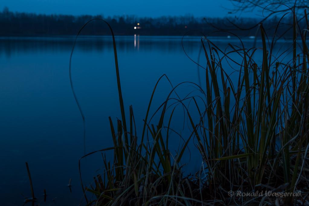 PKW-Licht am gegenüberliegenden Ufer