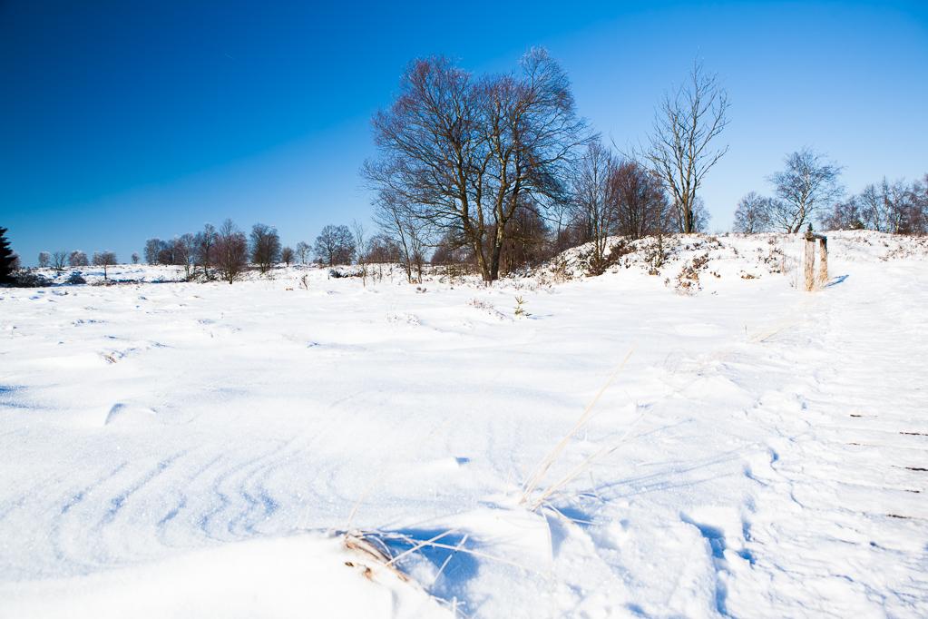 Steg in der Nähe des Wasserrückstaus - der Schnee verbirgt die seitlichen Stegenden