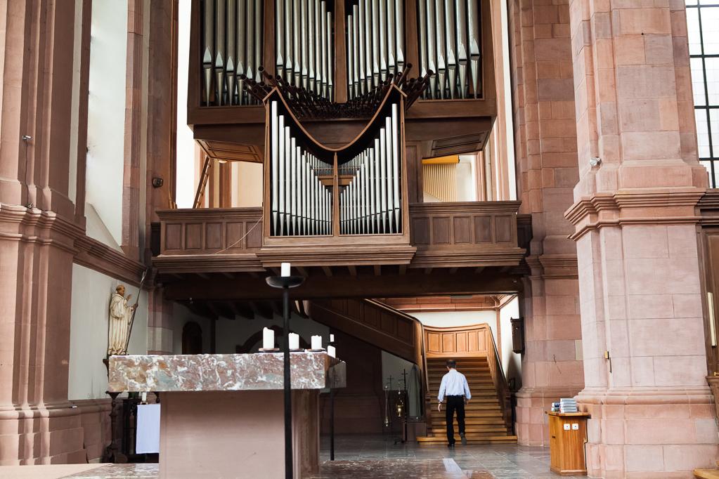 Die ausladende Treppe zur Orgelbühne