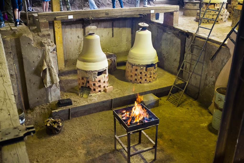 Glocken in verschiedenen Herstellungs-Phasen