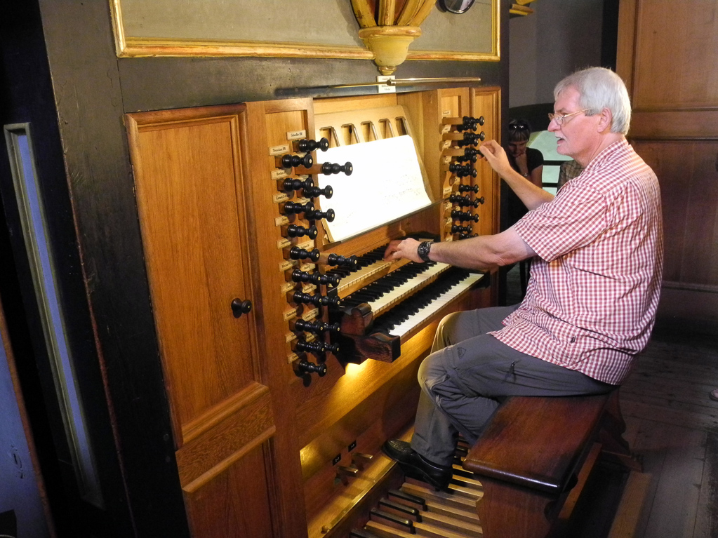 Ronald Wasserrab an der König-Orgel (Foto Heinz-Dieter Hannes)