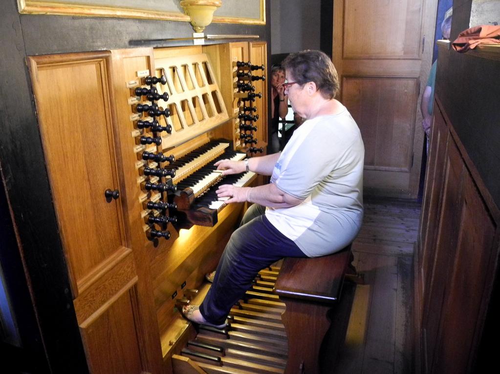 Gisela Satzer an der König-Orgel (Foto Heinz-Dieter Hannes)