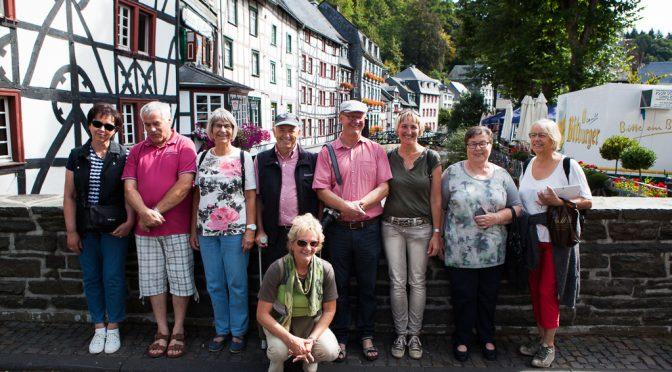 Tiefe Löcher, hohe Hecken, weites All – Besuch der Kolpingfamilie Höchenschwand-Häusern in Gey