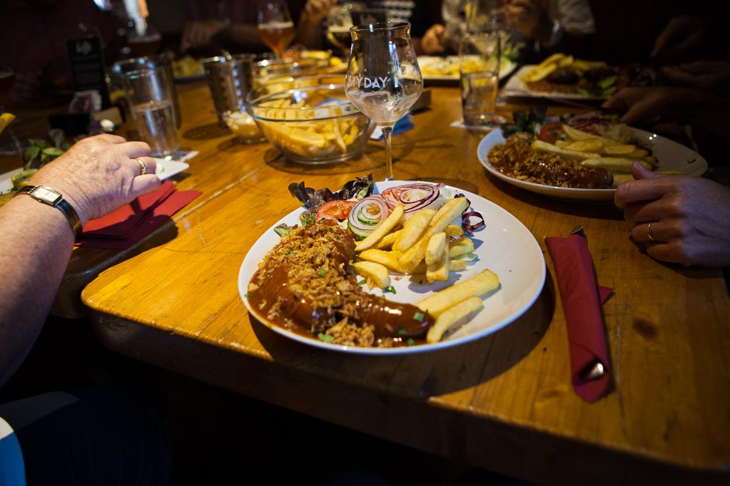 Fritten, Currywurst und Belgisches Bier im Haus Ternell in Belgien