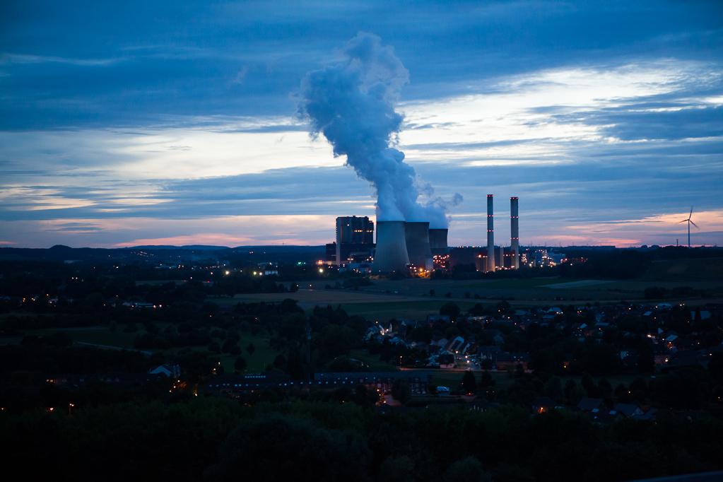 Blick vom Indemann auf das Kraftwerk Weisweiler