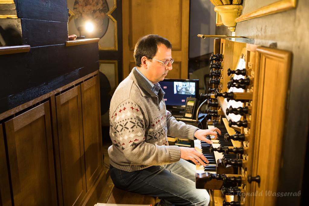 Andreas Warler an der König-Orgel im Kloster Steinfeld