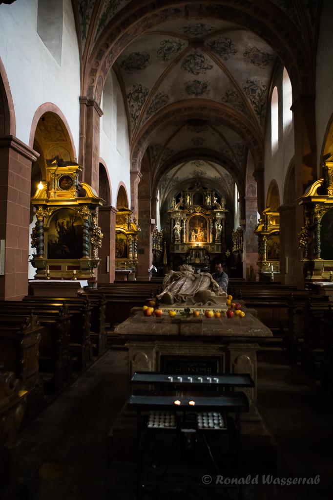 Blick über den Hermann-Joseph-Sarkophag zum Hochaltar