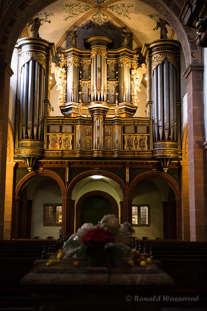 Die Orgel auf dem alten Lettner, im Vordergrund der Hermann-Josef-Sarkophag