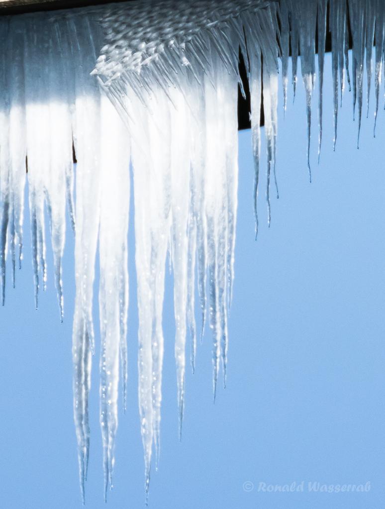 Eiszapfen an einer Brücke