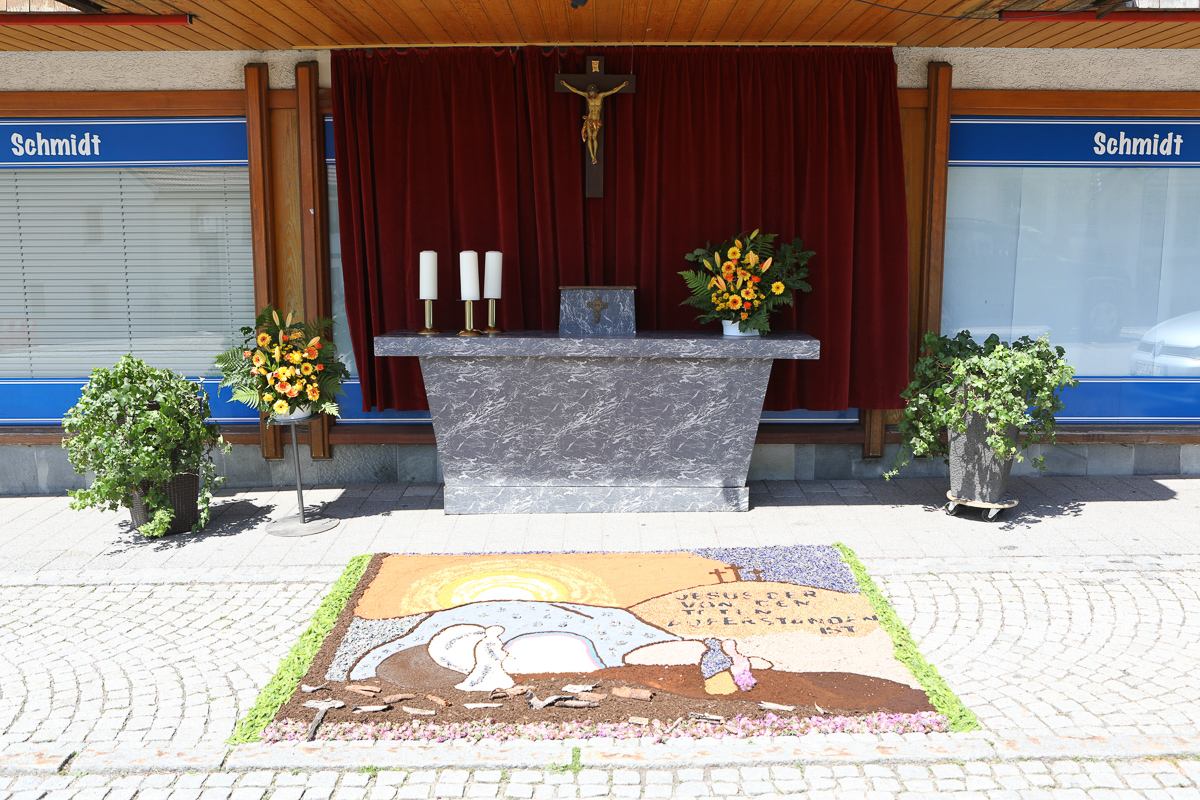 Blumen-Altar am Lebensmittelladen