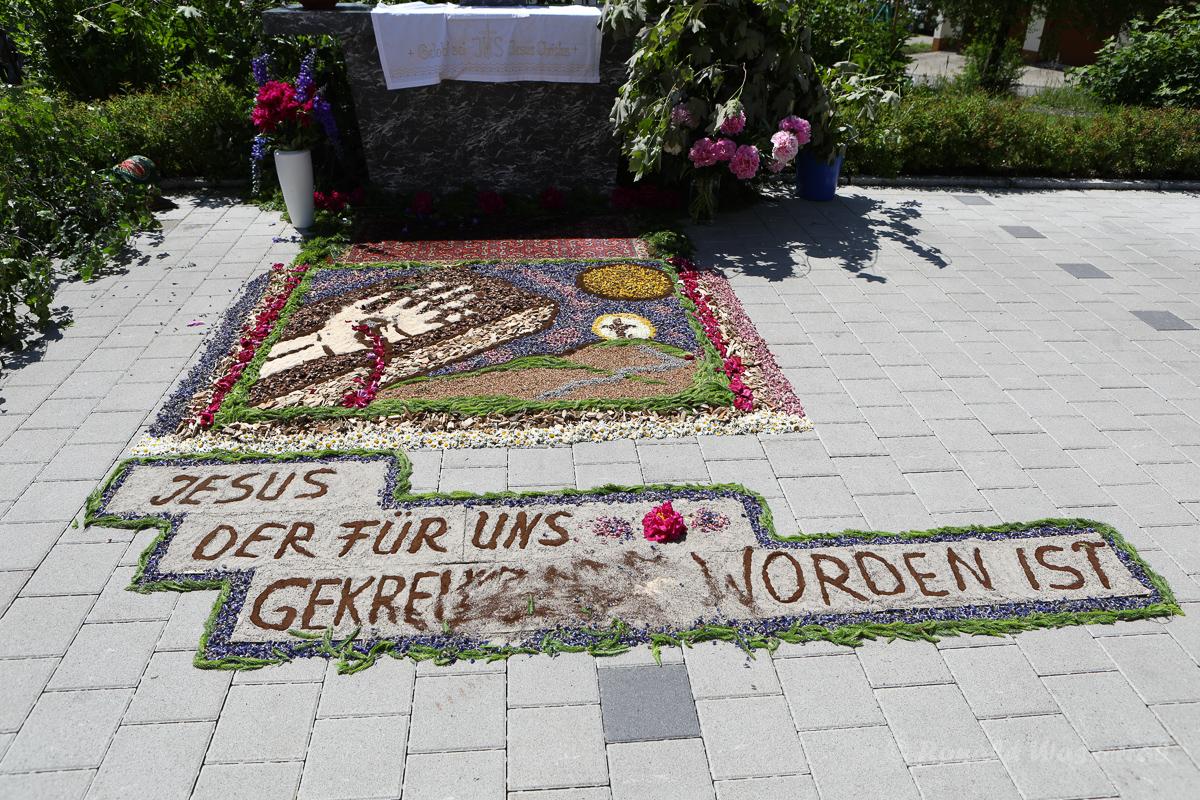 Blumen-Altar am Schuhhaus Rogg